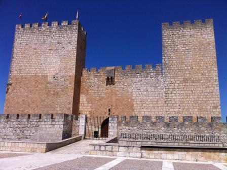 Vista frontal del Castillo de Encinas de Esgueva